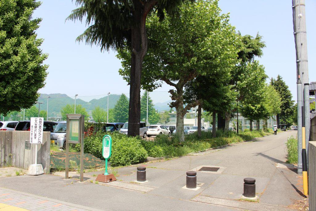信州大学工学部のグラウンドと駐車場