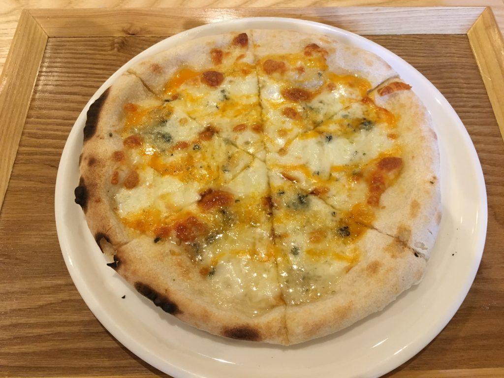 4種のチーズを使ったピザの写真