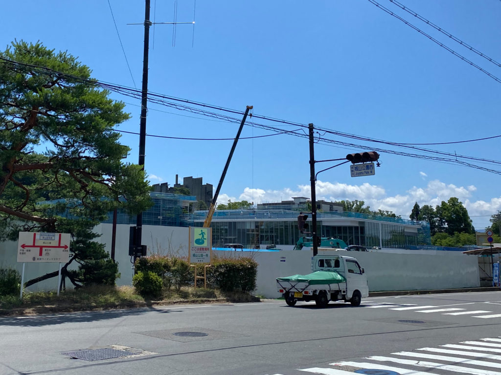 信濃美術館の建設現場の写真1ガラス張りの建物が見える