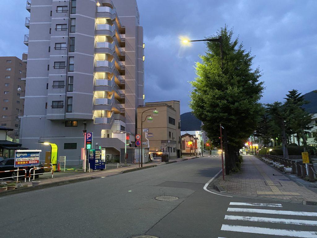 さわの庵近くのJA長野県ビルのある大通りの写真